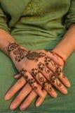 在手边绘的无刺指甲花 图库摄影