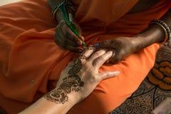 在手边绘的无刺指甲花 免版税图库摄影