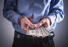 在手铐的商人有美元的 企业罪行 库存图片