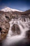 在扎尔巴奇克火山峰顶下的水晶瀑布 库存图片