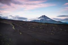 在扎尔巴奇克火山火山倾斜的日落  免版税图库摄影