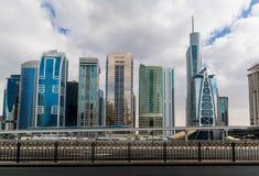 在扎耶德回教族长路旁边的地铁车站在迪拜 免版税图库摄影