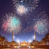 在扎耶德在日落阿布扎比,阿拉伯联合酋长国的Grand Mosque回教族长上的美丽的烟花 免版税库存图片