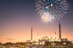 在扎耶德在日落阿布扎比,阿拉伯联合酋长国的Grand Mosque回教族长上的美丽的烟花 免版税图库摄影