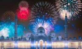 在扎耶德在日落阿布扎比,阿拉伯联合酋长国的Grand Mosque回教族长上的美丽的烟花 库存照片