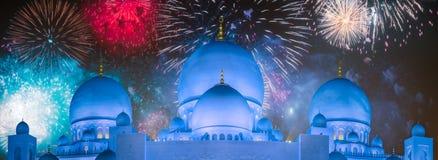 在扎耶德在日落阿布扎比,阿拉伯联合酋长国的Grand Mosque回教族长上的美丽的烟花 库存图片