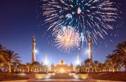 在扎耶德在日落阿布扎比,阿拉伯联合酋长国的Grand Mosque回教族长上的美丽的烟花 免版税库存照片