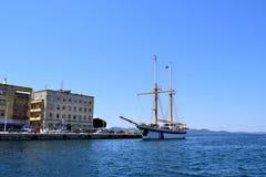 在扎达尔克罗地亚的港的克罗地亚学校小船 免版税库存照片