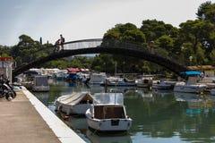 在扎达尔市运河停放的小船  免版税库存照片