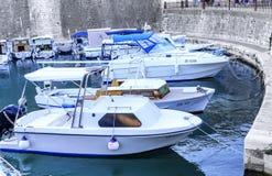在扎达尔,克罗地亚海湾的停车处小船  库存照片