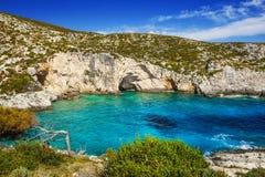 在扎金索斯州海岛上的岩石波尔图Limnionas海滩 免版税图库摄影