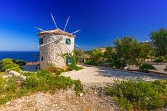 在扎金索斯州海岛上的老风车 免版税库存图片