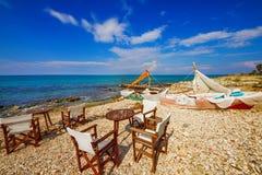 在扎金索斯州镇附近的海边咖啡馆 免版税库存照片