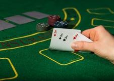 在扑克牌游戏的赢取的组合 卡片和芯片在一块绿色布料 免版税库存图片