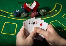 在扑克牌游戏的赢取的组合 卡片和芯片在一块绿色布料 免版税图库摄影