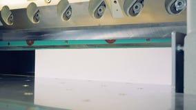 在打印工厂的工业断头台机器 削减的纸剪工业切削刀 股票录像
