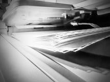 在打印机的白皮书板料 免版税库存图片