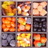 在打印机配件箱安排的万圣节糖果 库存照片