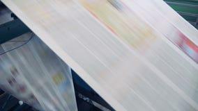在打印设施的移动的板料 印刷术设备工作,移动的报纸板料 股票视频