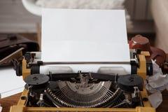 在打字机的纸 免版税库存照片