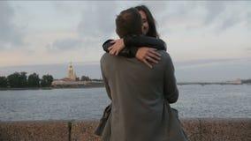 在打旋的爱的美好的夫妇,微笑,亲吻彼得和保罗堡垒,河对背景,缓慢的mo 影视素材