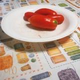 在打蜡的桌布的蕃茄 库存照片