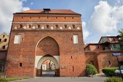 在托伦中世纪设防的修道院门 免版税库存照片