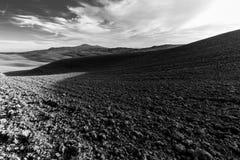 在托斯卡纳小山的一个宽培养的领域 库存照片