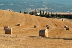 在托斯卡纳的领域的圆的干草捆 免版税图库摄影