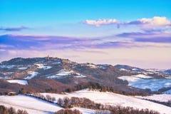 在托斯卡纳,拉迪孔多利下雪村庄,冬天全景 意大利siena 免版税库存图片