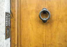 在托斯卡纳& x28的古老意大利门; 黑白& x29; 库存照片
