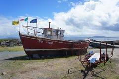 在托里岛Donegal的小船 库存照片