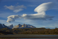 在托里斯del潘恩的双突透镜的云彩 免版税图库摄影