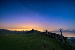 在托里诺都灵,从意大利阿尔卑斯的庄严山脉的意大利的美妙的满天星斗的天空,有t发光的光的  图库摄影