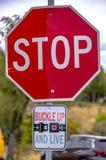 在扣和活路标上的停车牌 库存图片