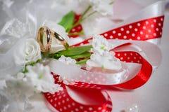 在扣眼的婚戒 免版税库存图片