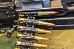 在扫射的传送带的弹药筒 库存图片