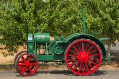 在扬希尔县收获节日的老农用拖拉机 库存照片