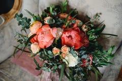 在扶手椅子的新娘花束 库存图片