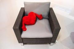 在扶手椅子的红色长毛绒心脏 圣徒华伦泰` s天的概念 免版税库存图片