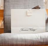 在扶手椅子的美国葡萄酒购物袋 免版税库存照片
