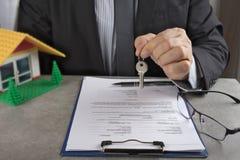 在批准贷款以后的签字的房子购买协议 免版税图库摄影