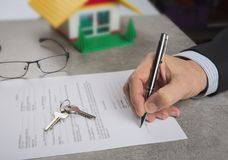在批准贷款以后的签字的房子购买协议 免版税库存照片