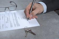 在批准贷款以后的签字的房子购买协议 图库摄影