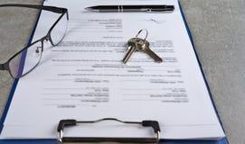 在批准贷款以后的签字的房子购买协议 库存图片