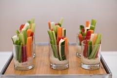 在承办酒席事件桌上的绿色健康面筋自由的素食沙拉混合开胃菜快餐 免版税库存照片