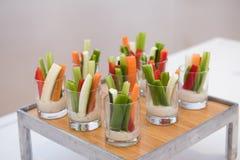 在承办酒席事件桌上的绿色健康面筋自由的素食沙拉混合开胃菜快餐 免版税库存图片