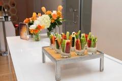 在承办酒席事件桌上的绿色健康面筋自由的素食沙拉混合开胃菜快餐 库存照片