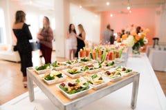 在承办酒席桌上的健康有机面筋自由的可口绿色快餐沙拉在公司事件partyÑŽ期间 免版税库存照片