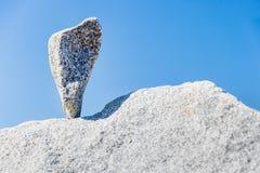 在技巧平衡的三角岩石 免版税库存图片